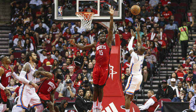 Chris Paul (dcha.) lanza ante la defensa del jugador de los Rockets, Clint Capela