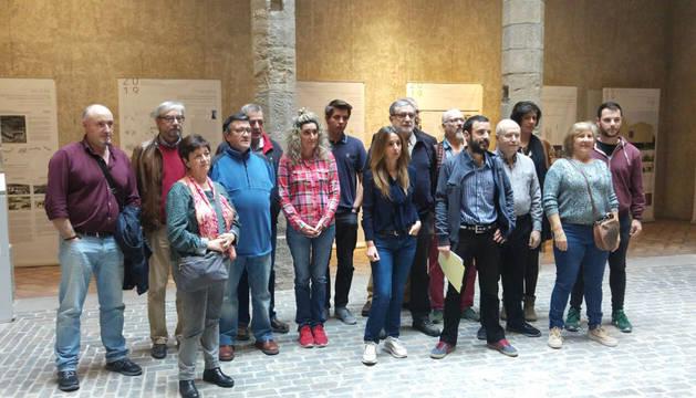 Parte de las personas que se han adherido al manifiesto durante el acto de apoyo a Unidas Podemos.