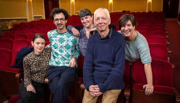 De izquierda a derecha: Anne Biczók, Romain Teule, Atxarte López de Muniain, el director técnico del festival, Mick Diver, y Laura Laiglesia, ayer, en el Teatro Gayarre.