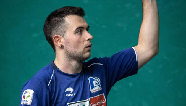 Erik Jaka atrapa una pelota después de probarla ayer durante la elección de material en el Labrit.