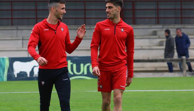 Oier Sanjurjo y Nacho Vidal conversan durante un entrenamiento.