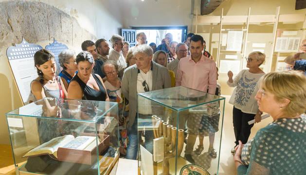 Imagen de una visita a la nueva Sala Judía habilitada en una sala del claustro de la Catedral de Tudela.