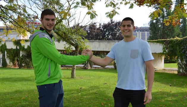 Guillermo Fischer y Antonio Bazán se dan la mano en el parque de Yamaguchi.