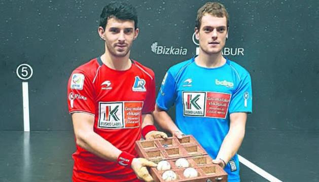 Jokin Altuna y Unai Laso, con la caja del material para el partido del domingo en el Bizkaia.
