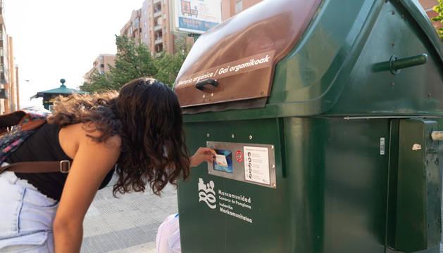 Una persona acerca la tarjeta para abrir el contenedor.