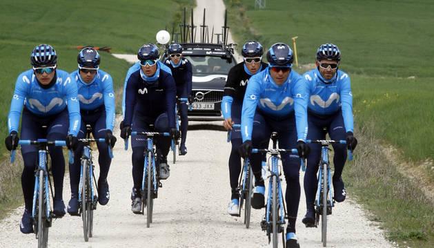 Ciclistas del Movistar supervisando el tramo de sterrato de la Vuelta al País Vasco.