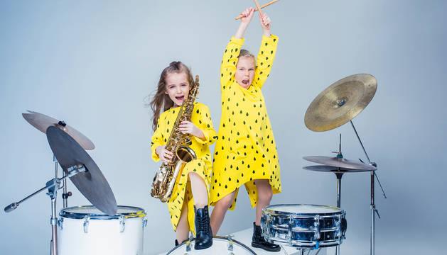 Imagen de archivo de dos niñas tocando la batería.