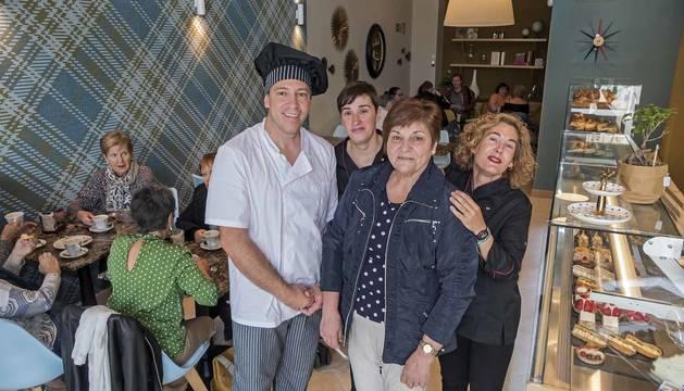 Foto de Víctor Pascual en la nueva pastelería Lizar con su madre, María de la Salud Miranda y dos de las tres dependientas que atienden el local, Ana Vega y Maite López.