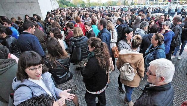 Imagen que presentaba la zona de la puerta principal del aulario de la UPNA minutos antes de abrir sus puertas a las 10 de la mañana. Decenas de opositores esperando.