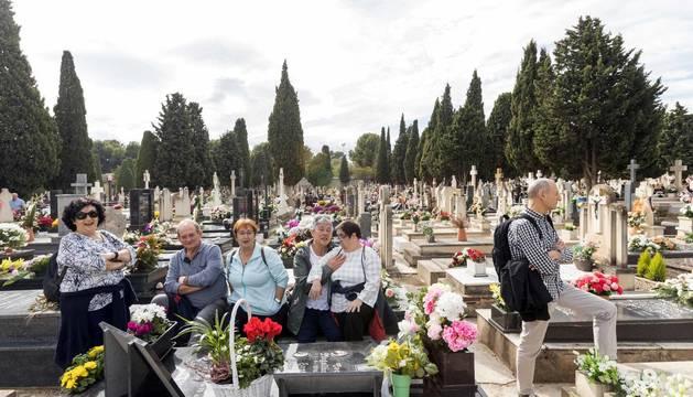 Todas las fotos de las visitas a los cementerios navarros en el Día de Todos los Santos