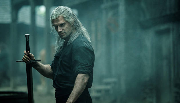 foto de El actor Henry Cavill en el papel de Geralt de Rivia durante una escena de la serie 'The Witcher' para Netflix