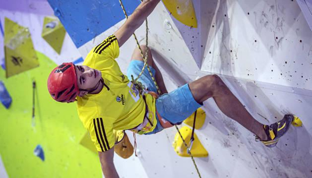 Alberto Ginés, extremeño de 17 años y plata en velocidad, hizo ayer 'doblete' al ganar bloque y dificultad.