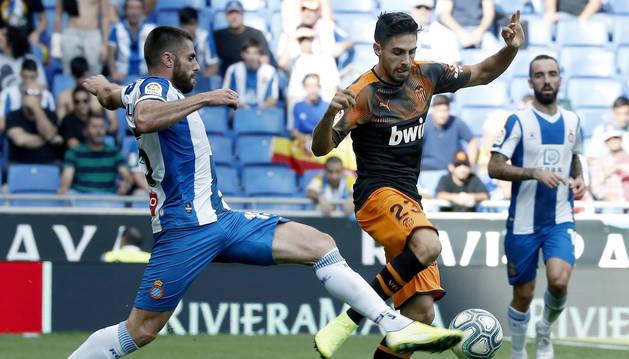 foto de El delantero del Valencia Rubén Sobrino disputa el balón con el jugador del RCD Espanyol Óscar Melendo