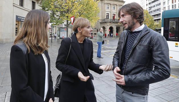 foto de La cabeza de lista de Unidas Podemos al Congreso por Navarra, Ione Belarra (i), acompañada de Gema Gil (c), concejala de Unidas Podemos en Leganés y del parlamentario foral Mikel Buil