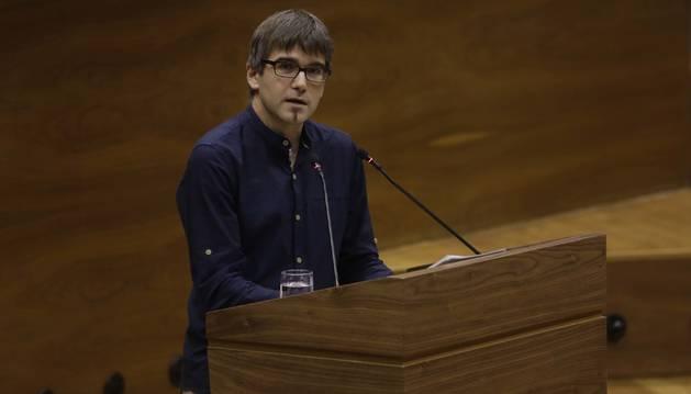 foto de El parlamentario de Geroa Bai Jabi Arakama, durante una intervención en un pleno del Parlamento
