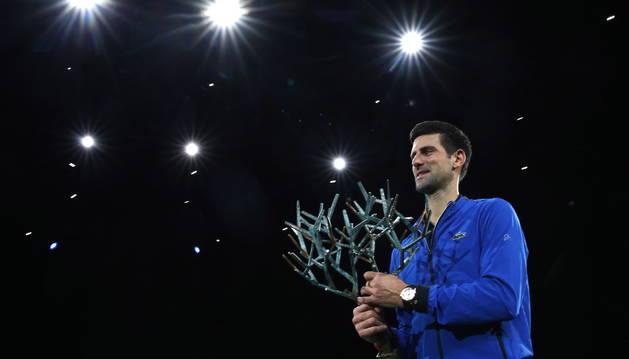 Novak Djokovic, con el trofeo de campeón.