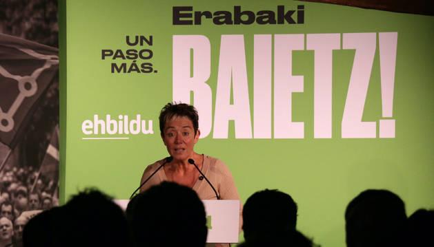 foto de La candidata al Congreso de EH Bildu, Bel Pozueta, en un acto electoral en Elizondo