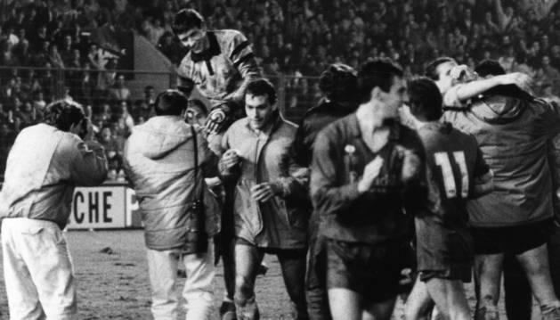 En la imagen, Juan Carlos Unzué sale a hombros tras ser el protagonista de una eliminatoria de Copa del Rey de Osasuna contra el Barcelona en la temporada 1986-87. En el Mundial juvenil de 1985 también fue izado por sus compañeros después de parar dos penaltis en semifinales frente al anfitrión.