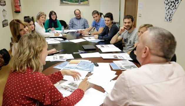 Representantes de la Mancomunidad de Valdizarbe preparan el programa educativo.