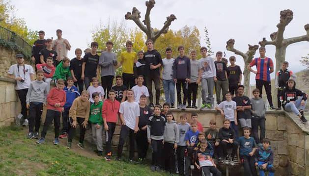 Los jóvenes estelleses que acudieron el sábado a la jornada en la que se definió el proyecto de parkour en la zona de Zaldu.