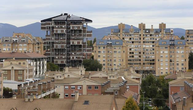 La torre de Santa Cruz, de peculiar diseño, destaca sobre el resto de bloques de la urbanización.