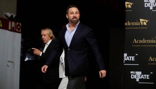 El candidato de VOX, Santiago Abascal, llegó con un traje sin corbata al debate electoral.