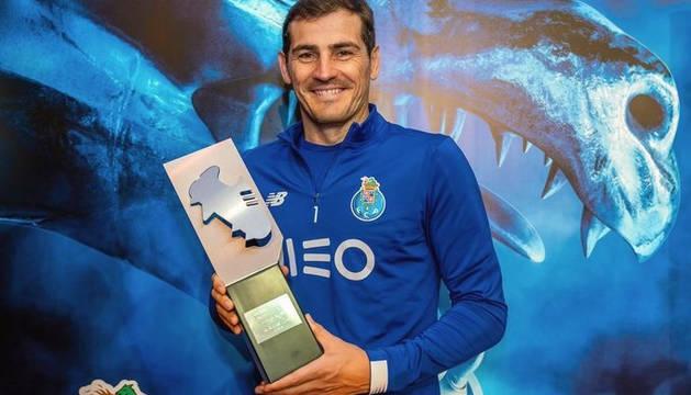 Iker Casillas posa con el trofeo de mejor portero en Portugal.