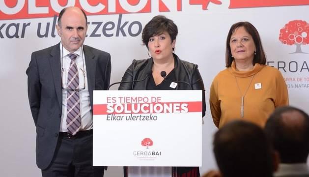 Manu Ayerdi, consejero de Desarrollo Económico y Empresarial del Gobierno de Navarra, María Solana (c), candidata al Congreso, y Esther Cremaes, candidata al Senado, en la rueda de prensa que han ofrecido este lunes.