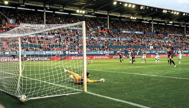 Juan Villar anotó de esta forma el gol de penalti a Pacheco. Era el definitivo 4-2.