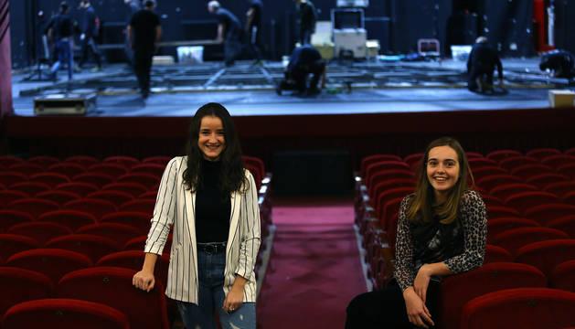 Foto de las bailarinas estellesas Saioa Belarra (izq.) y Julia Ugarte, este martes en el Teatro Gayarre.
