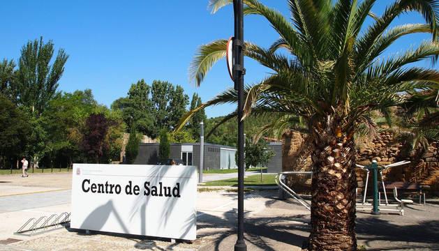 Foto del entorno del centro de salud de Sangüesa que acogerá la iniciativa 'jardines en auzolan'.