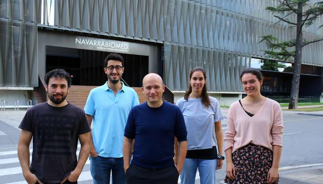 Foto de parte del equipo del bioinformática que dirige en Navarrabiomed David Gómez-Cabrero (en el centro de la imagen):  Xabier Martínez de Morentin, Alberto Maillo, Arantxa Urdangarin y Miren Lasaga.