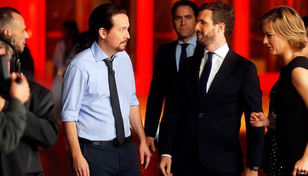 Pablo Iglesias y Pablo Casado, antes del comienzo del debate.