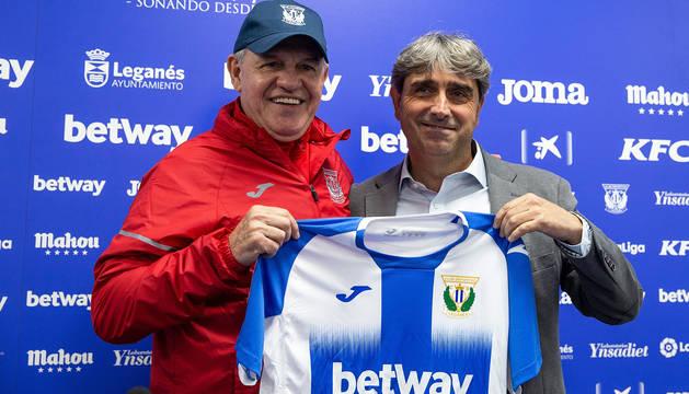 El mexicano Javier Aguirre junto al director deportivo del Leganés, Txema Indias, en la presentación del técnico.