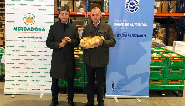 De izda. a dcha.: Imanol Flandes, director de Relaciones Externas de Mercadona en Navarra, y Joaquín Fernández, presidente de la Fundación Banco de Alimentos de Navarra.
