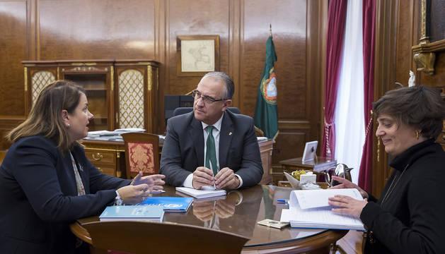 Foto de Enrique Maya, junto a la representante adjunta de UNICEF en El Salvador y la directora de la organización en Navarra.