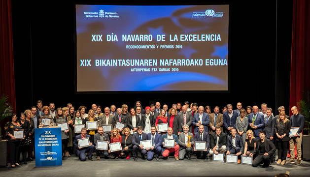 Foto de familia de los premiados, reconocidos y organizadores del galardón Premio Navarro a la Excelencia 2019.