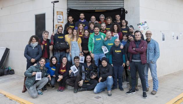 El equipo de Estándar, este miércoles en Cintruénigo, ante el supermercado donde tiene lugar la acción. En el centro, con sudadera verde, el director Fernando González Gómez.