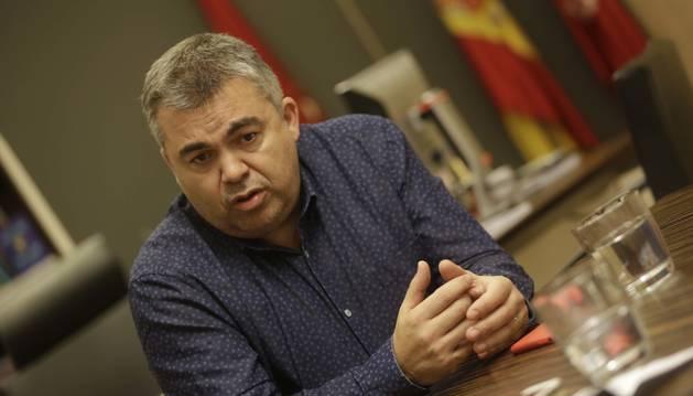 Expresivo gesto de Santos Cerdán durante la entrevista realizada en la sede del PSN en Pamplona la tarde del pasado martes.