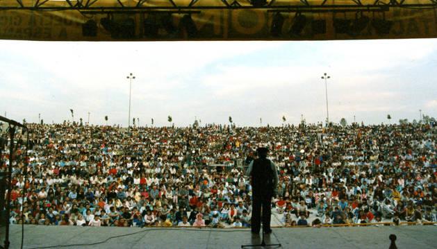 El Señor Tomás, de espaldas, ante cientos de asistentes en las galas que hacía la Vuelta a España.