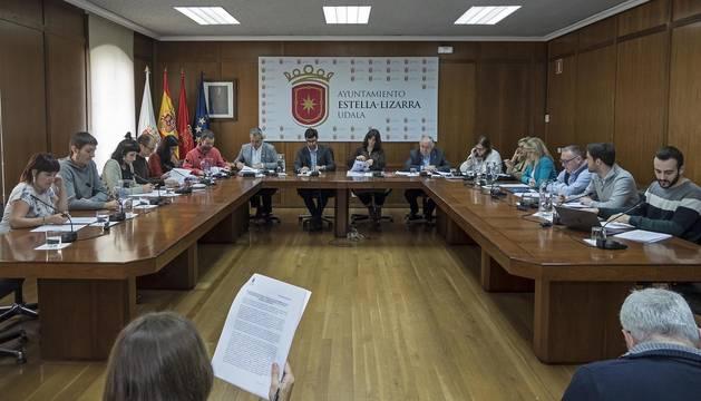 El salón de plenos del Ayuntamiento de Estella, durante la sesión convocada este jueves al mediodía.
