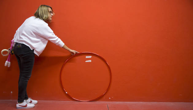 Adriana Peru comprueba que el diámetro del aro son la reglamentarias para poder homologarlo en la sala de medición.