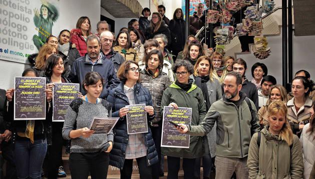 Profesores, alumnos y personal administrativo, durante la protesta en la Escuela de Idiomas.