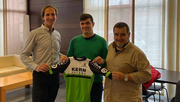Juanjo Oroz, Pablo Urtasun y Manolo Azcona sujetan el maillot del Kern Pharma. El de Urdiáin aportará su experiencia.