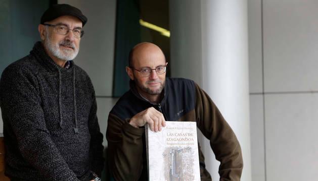 Foto de Simeón Hidalgo Valencia y Xabier Ituláin Irurita, con el libro.