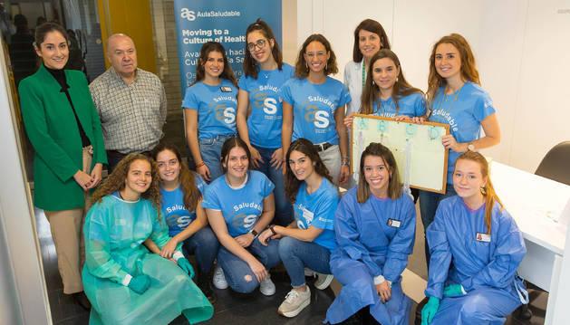 Las profesoras, Maider Belintxon (de pie, primera por la izquierda) y Marta Vidaurreta (de pie, tercera por al derecha) con el profesor de San Cernin y las alumnas que participaron en los talleres del Aula Saludable.