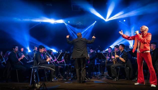 Foto de un momento de los ensayos del concierto dedicado a Queen.
