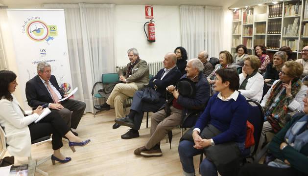Foto del pedagogo Gerardo Castillo, durante la presentación de su libro, en la biblioteca de Diario de Navarra.