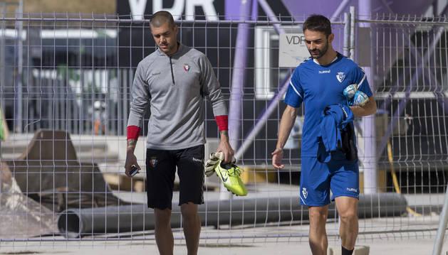 Foto de Rubén Martínez y Adrián López se dirigen al estadio de El Sadar en una imagen reciente