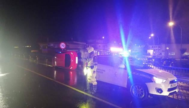 Un coche se sale de la vía y vuelca en Caparroso, pero sus ocupantes resultan ilesos